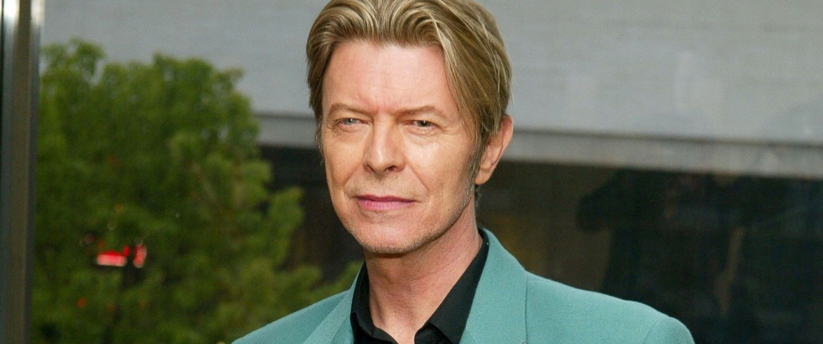 PHOTO: David Bowie stands backstage at the Film Society of Lincoln Centers Tribute to Susan Sarandon at Avery Fisher Hall, May 5, 2003, in New York City.
