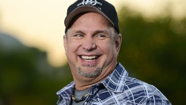 "PHOTO: Garth Brooks visits ""Extra"" at Universal Studios Hollywood on Nov. 27, 2013 in Universal City, Calif."