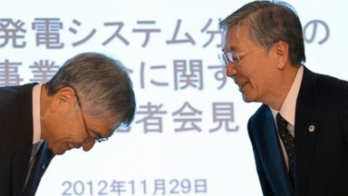PHOTO: Japans Mitsubishi Heavy Industries president Hideaki Omiya, left, and Hitachi president Hiroaki Nakanishi exchange bows at a press conference in Tokyo, Nov. 29, 2012.