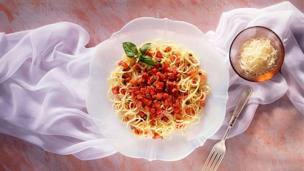 PHOTO: Linguine with tomato sauce