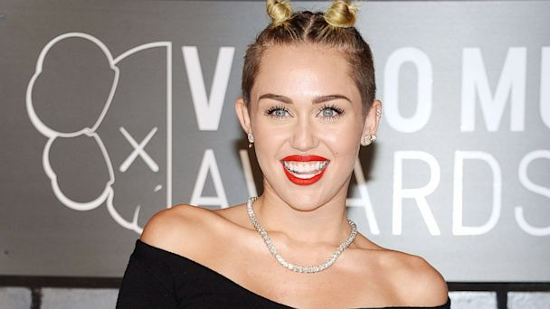 GTY miley cyrus 02 jef 130825 16x9 608 Miley Cyrus on SNL (Live Updates)   The Live Live Blog