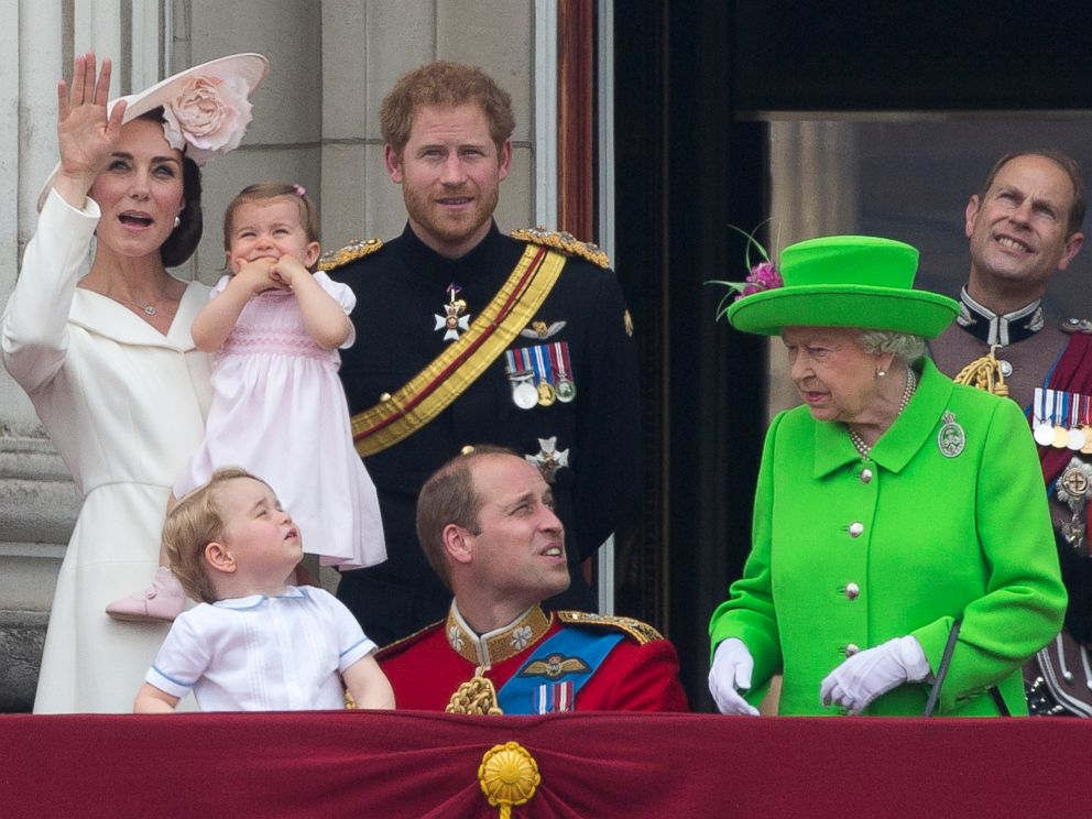 Prince william scolded by 39 the boss 39 queen elizabeth ii for Queen elizabeth balcony