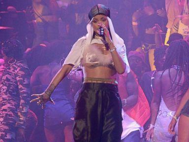 Rihanna Performs at the 2016 MTV Video Music Awards