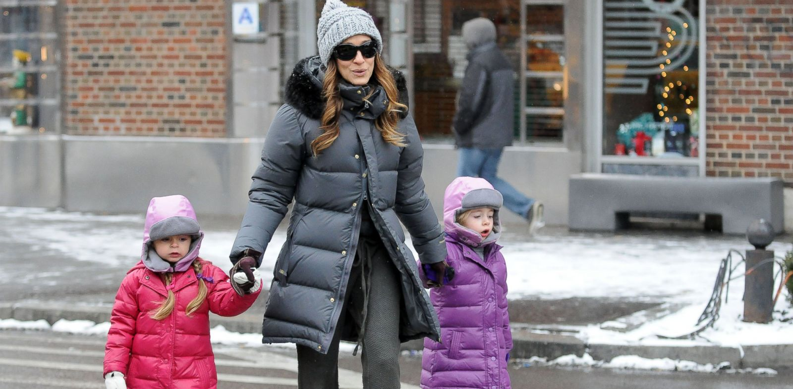 PHOTO: Sarah Jessica Parker walks with her twin daughters Tabitha and Loretta Broderick