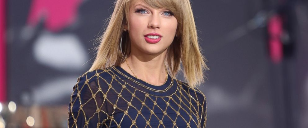 """PHOTO: Taylor Swift performs live in Times Square on """"Good Morning America, """" Oct. 30, 2014."""