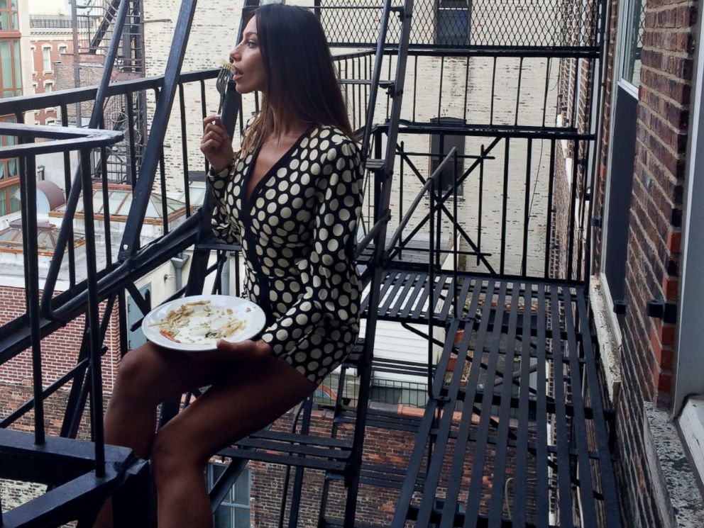 PHOTO: Lunch on the stoop. Only in New York!