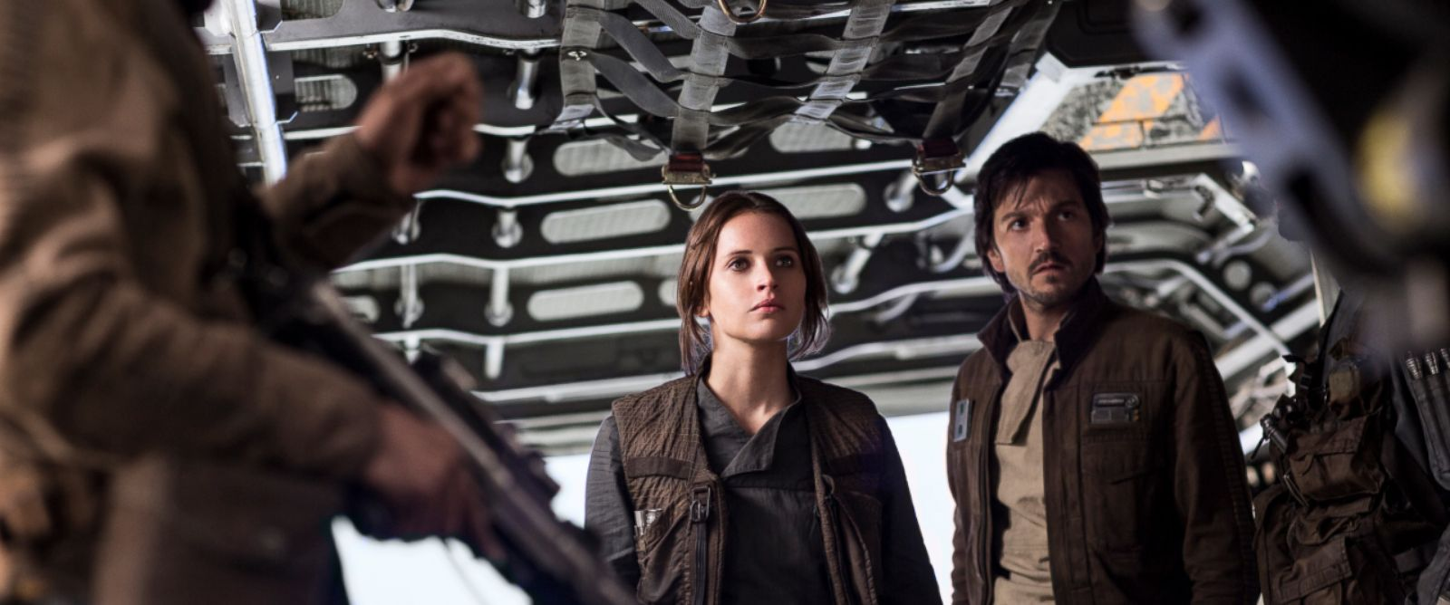 PHOTO: A Star Wars Story: Jyn Erso (Felicity Jones) and Cassian Andor (Diego Luna).