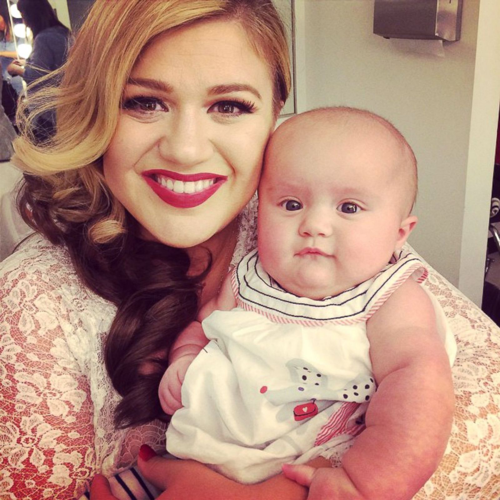 Kelly clarkson s daughter river is growing up picture hollywood s