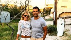 Kelly Ripa Poses with Mark Consuelos in a Lacy Cropped Top