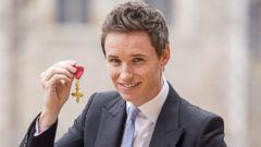 Eddie Redmayne Accepts a Drama Medal