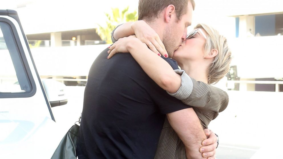 PHOTO: Julianne Hough and Brooks Laich embrace at LAX airport, February 17, 2014.