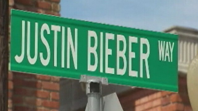VIDEO: Texas town's mayor gets replacement street sign donated.