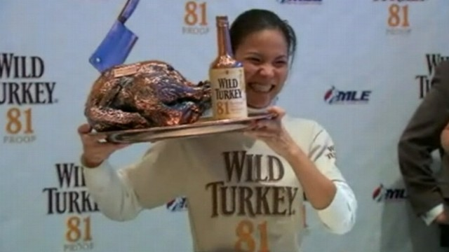 VIDEO: Sonya Thomas ate 5.25 pounds of turkey in 10 minutes at New York City event.