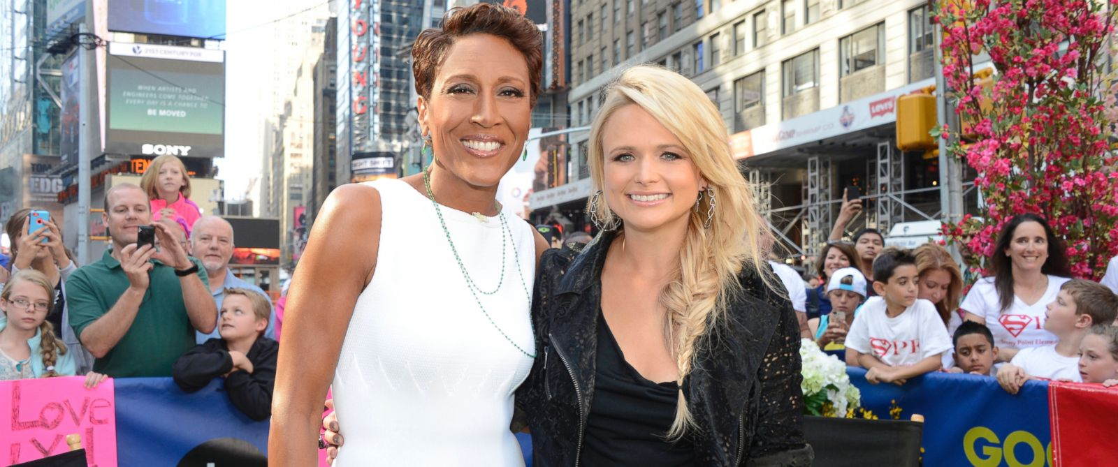 PHOTO: Country singer Miranda Lambert talks with Robin Robert on Good Morning America, June 3, 2014.