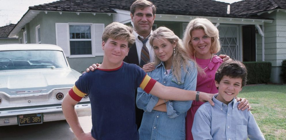PHOTO: Jason Hervey, Dan Lauria, Olivia dAbo, Alley Mills, Fred Savage in the premiere of The Wonder Years.