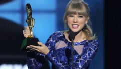PHOTO:Taylor Swift accepts the award for top Billboard 200 album for 