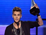 PHOTO: Justin Bieber accepts the award for favorite male artist - pop/rock at the 40th Annual American Music Awards on Sunday Nov. 18, 2012, in Los Angeles.
