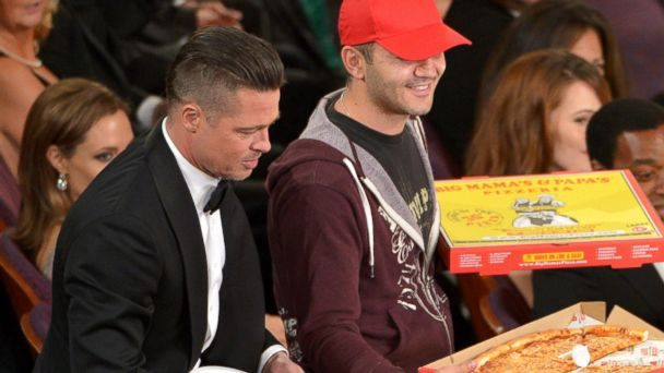 ap ellen brad pitt pizza kb 140302 16x9 608 Ellen Gives Oscars Pizza Deliveryman Huge Tip