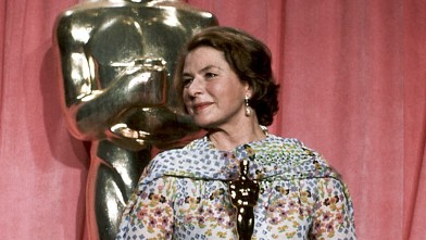 PHOTO: Actress Ingrid Bergman holding Oscar she won at the 47th Annual Academy Awards ceremony at the Los Angeles Music Center on April 9, 1975.