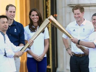 Photos: Kate Middleton Greets Olympic Torch