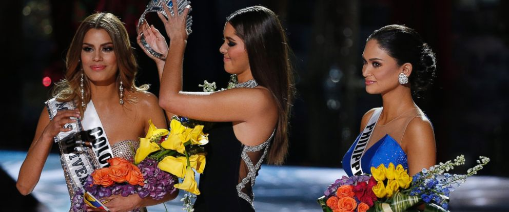 PHOTO: Former Miss Universe Paulina Vega, center, removes the crown from Miss Colombia Ariadna Gutierrez, left, before giving it to Miss Philippines Pia Alonzo Wurtzbach, right, at the Miss Universe pageant on Sunday, Dec. 20, 2015, in Las Vegas.
