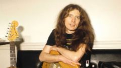 'PHOTO: Motorhead guitarist, Fast Eddie Clarke poses for a portrait backstage, circa 1980.' from the web at 'http://a.abcnews.com/images/Entertainment/fast-eddie-clarke-gty-jef-180111_16x9t_240.jpg'