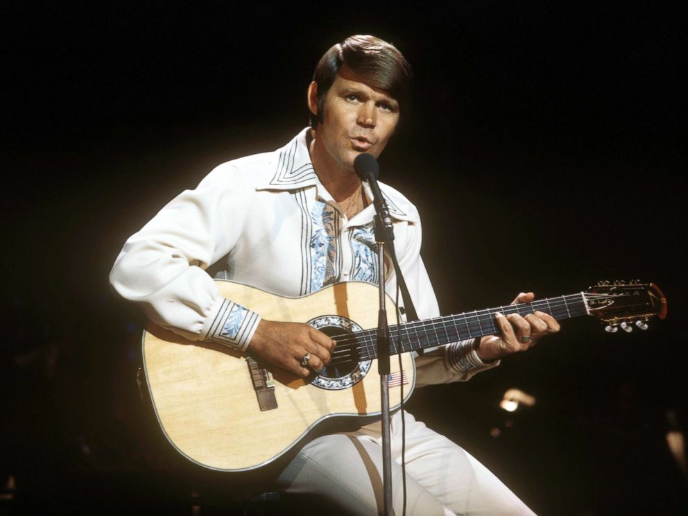 PHOTO: Glen Campbell performs.