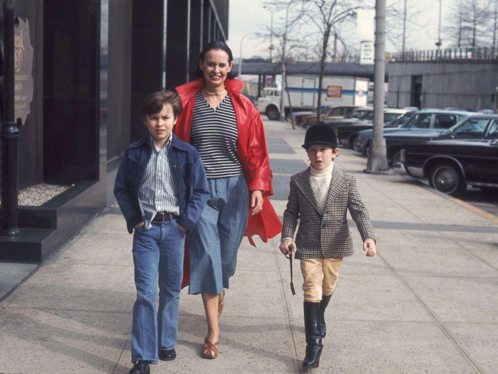 PHOTO: Gloria Vanderbilt and her two sons, Carter Vanderbilt Cooper, left. and Anderson Cooper, walk along a sidewalk in New York, March 1976.