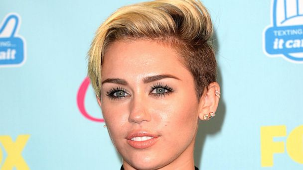 PHOTO: Miley Cyrus attends the Teen Choice Awards 2013