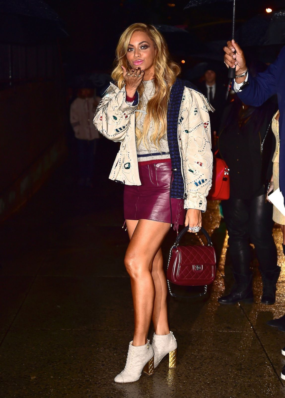 Beyonce Shows Off Her Legs In A Short Skirt Picture