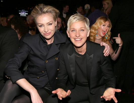 Kelly Clarkson Photobombs at The Grammys
