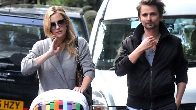 PHOTO: Kate Hudson and Matt Bellamy pictured with baby Bingham in Primrose Hill, Sept. 23, 2011, in London, England.