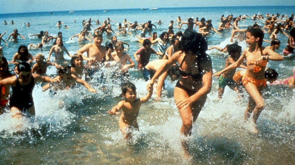 [Image: gty_jaws_movie_crowd_jc_150528_16x9_992.jpg]