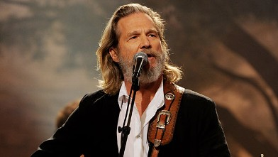 PHOTO:Jeff Bridges performs on Aug. 30, 2011 in Burbank, California.