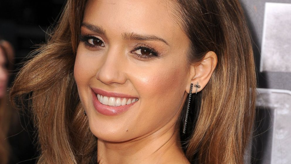 The 36-year old daughter of father Mark Alba and mother Cathy Jensen, 170 cm tall Jessica Alba in 2017 photo