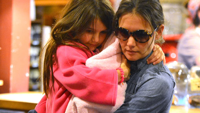 PHOTO: Katie Holmes and Suri Cruise visit coffee shop on Manhattan's Upper East Side, Aug. 20, 2012, in New York.