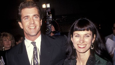 PHOTO: Actor Mel Gibson and wife Robyn Moore attend the &quot;Hamlet&quot; Westwood Premiere, Dec. 18, 1990 at Mann Village Theatre in Westwood, California.