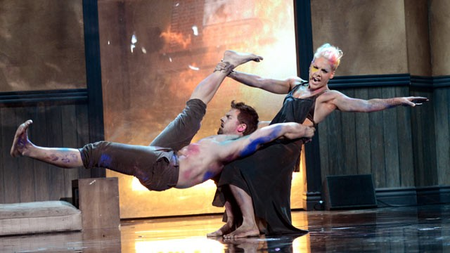 PHOTO: Singer Pink performs onstage during the 40th American Music Awards held at Nokia Theatre, Nov. 18, 2012 in Los Angeles.