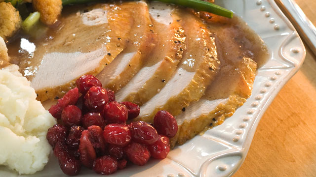 PHOTO:  Sliced turkey and cranberries can be served on top of crackers.
