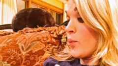 Carrie Underwood Uses Her Bump As a Tabletop