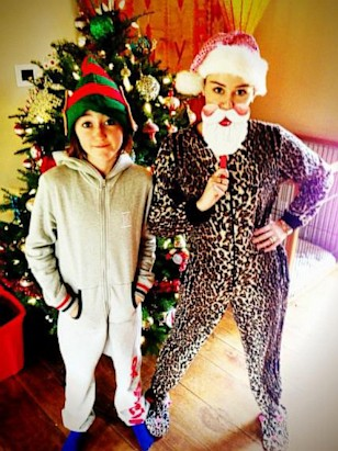 miley cyrus shows her xmas spirit picture stars celebrate the holidays abc news - Miley Cyrus Christmas