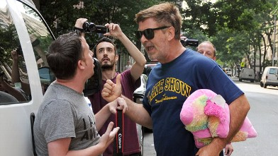 PHOTO: Alec Baldwin yells at a paparazzi photographer outside his home in New York, Friday, June 29, 2012.