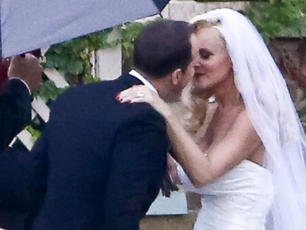PHOTO: Jenny McCarthy and Donnie Wahlberg kiss on their wedding in St. Charles, Ill. on Aug. 31, 2014.