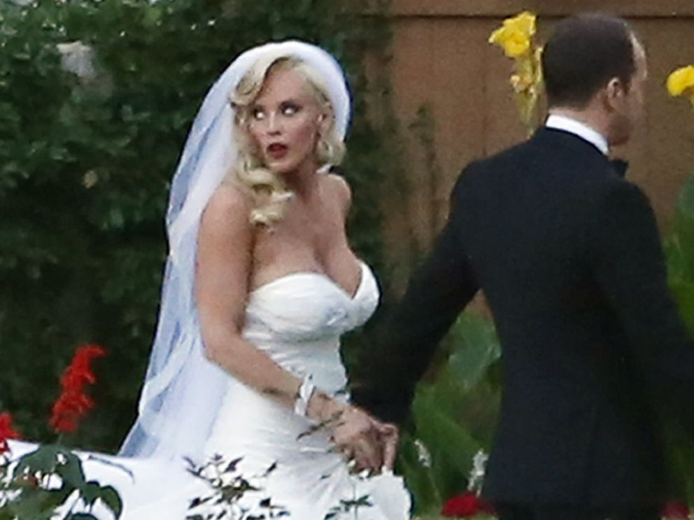 PHOTO: Jenny McCarthy and Donnie Wahlberg on their wedding in St. Charles, Ill. on Aug. 31, 2014.