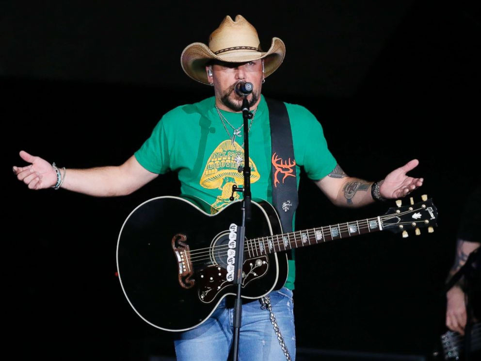 PHOTO: Jason Aldean addresses the crowd about the shooting in Las Vegas during his concert in Tulsa, Okla., Oct. 12, 2017.