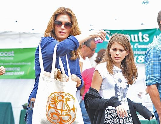 Cindy Crawford Shops with Daughter