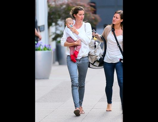 Gisele Bunchen Walks With Daughter In NYC