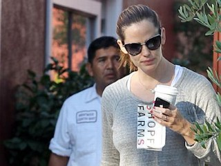 Photos: Jennifer Garner Takes Daughter to Breakfast