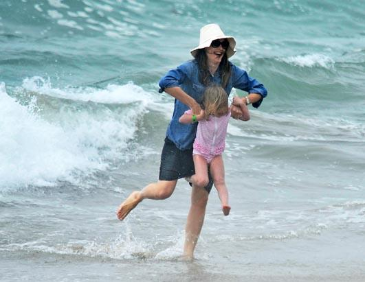 Jennifer Garner Plays In Ocean With Daughter