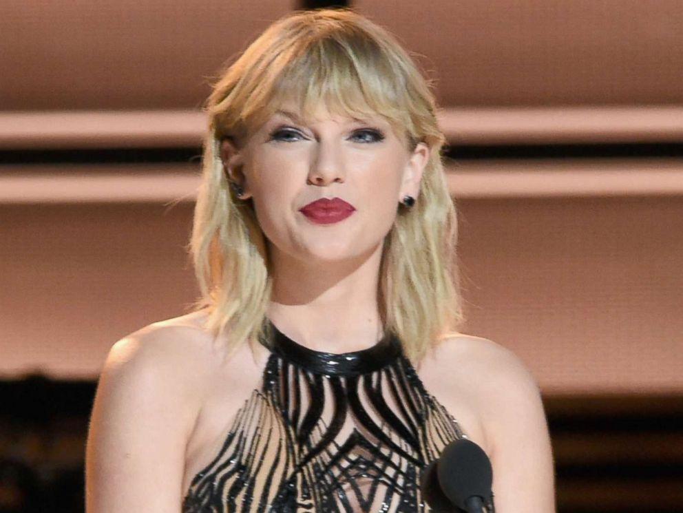 PHOTO: Taylor Swift presents at the CMA Awards on Nov. 2, 2016 in Nashville, Tenn.